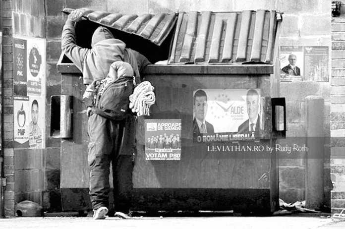 Elector cautand in gunoaie in timpul campaniei electorale PSD PNL PMP UDMR UNPR