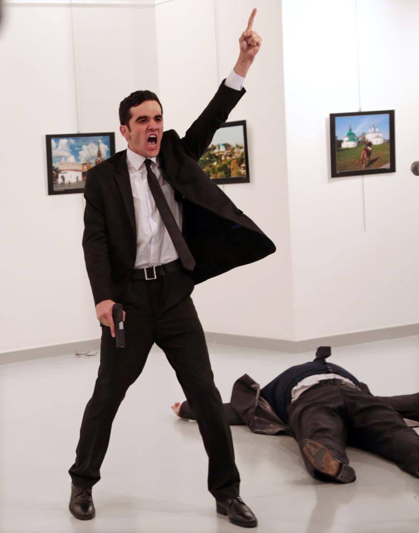 Burhan Ozbilici - Mevlüt Mert Altıntaş shouts after assasinating Andrey Karlov