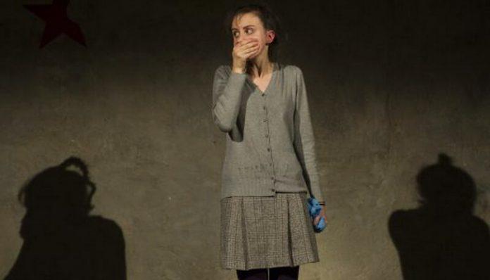"""Edith Alibec în spectacolul """"De ce fierbe copilul în mămăligă"""""""