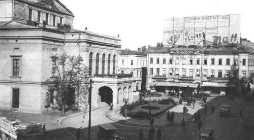 Cafeneaua Fialkowsky (Piața Teatrului Național, în Casa Torok, clădirea din dreapta) Sursa foto Historia