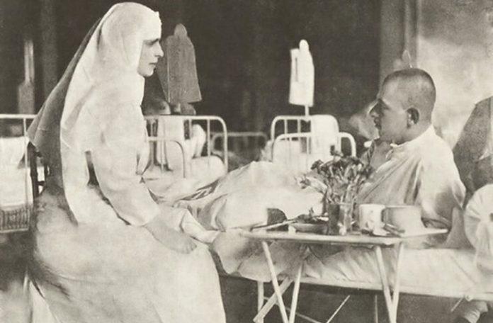 Daniela Șontică Regina Maria în timpul vizitei într-un spital de campanie, în anul 1917. Sursa wikipedia