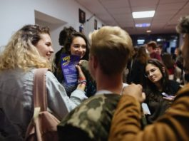 Adolescenți la Teatrul Excelsior. Fotografie de Vlad Catană